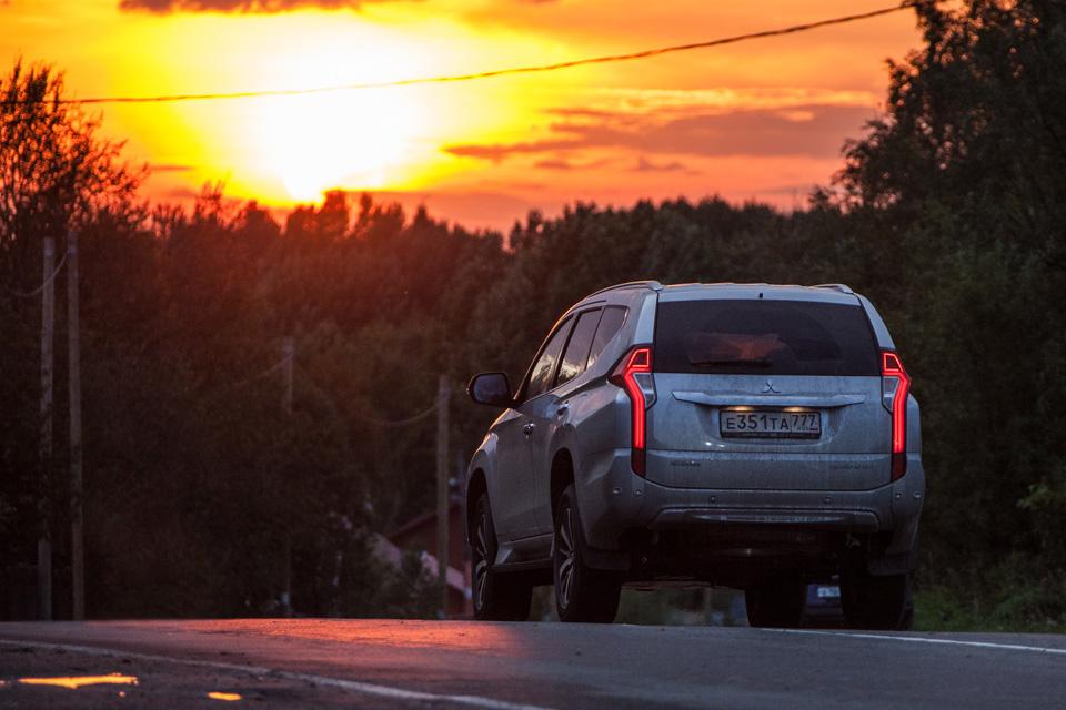 Сохранилли новый Mitsubishi Pajero Sport свою суровость и страшноли нанем заезжать вглушь. Фото 8