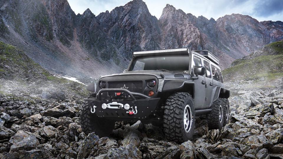 Китайцы превратили Jeep Wrangler вшестиколесный «Томагавк»