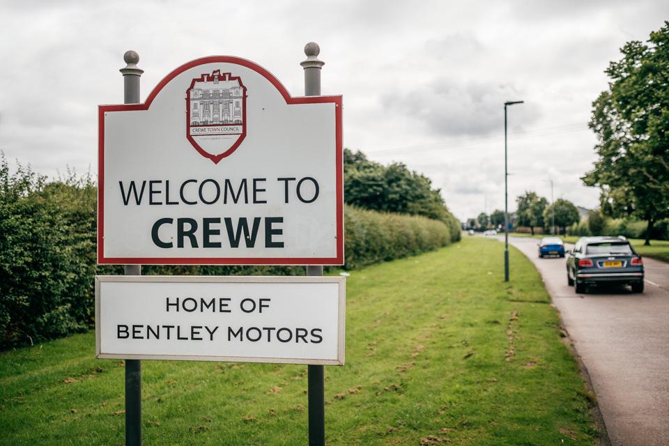 Мыпосмотрели, как назаводе Bentley вКрю собирают самые дорогие автомобили вмире. Фото 1