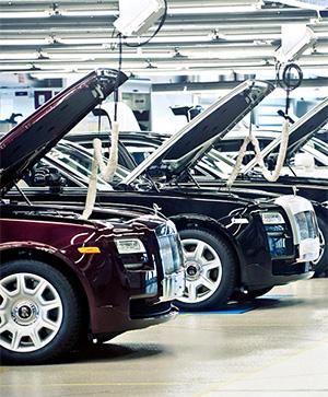 Мыпосмотрели, как назаводе Bentley вКрю собирают самые дорогие автомобили вмире