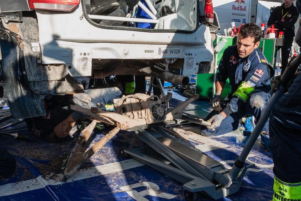 Как механики WRC собирают изодной раллийной машины другую за75 минут. Фото 5