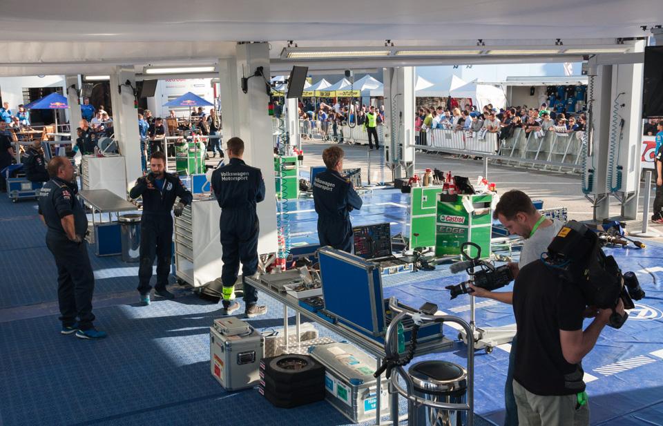 Как механики WRC собирают изодной раллийной машины другую за75 минут. Фото 1