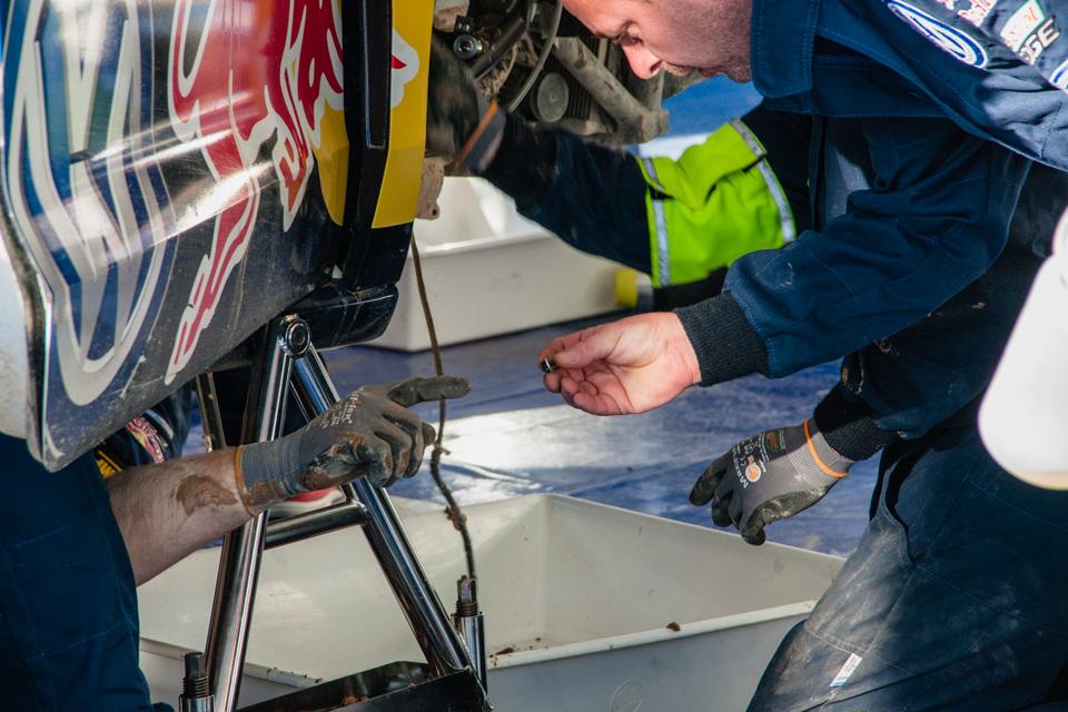 Как механики WRC собирают изодной раллийной машины другую за75 минут. Фото 6