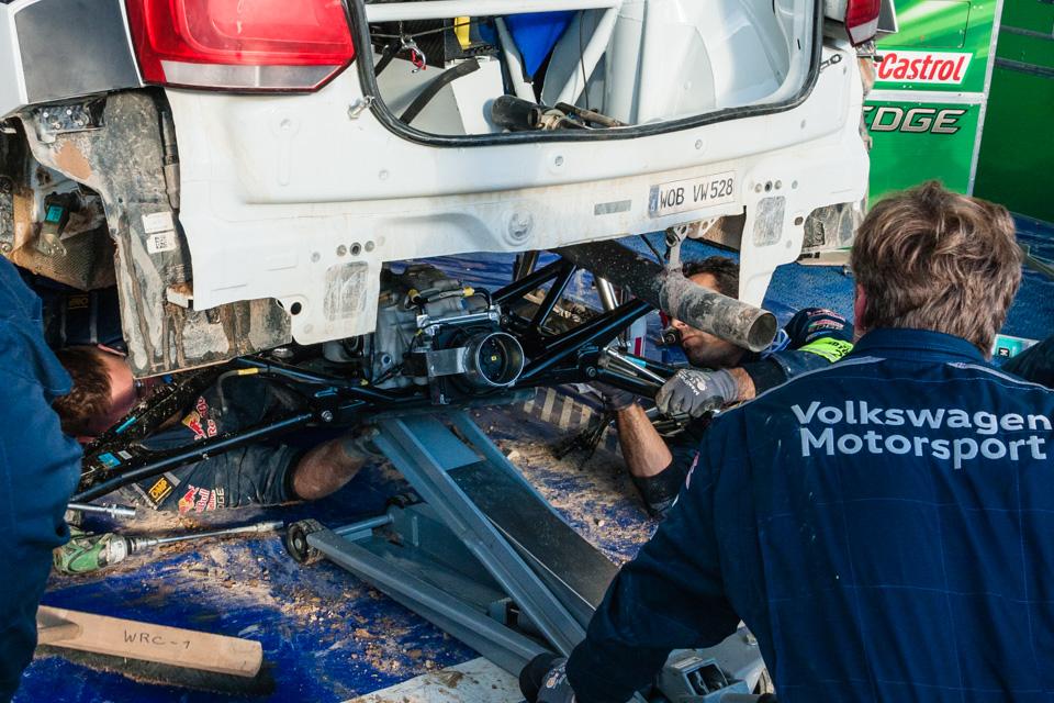Как механики WRC собирают изодной раллийной машины другую за75 минут. Фото 7
