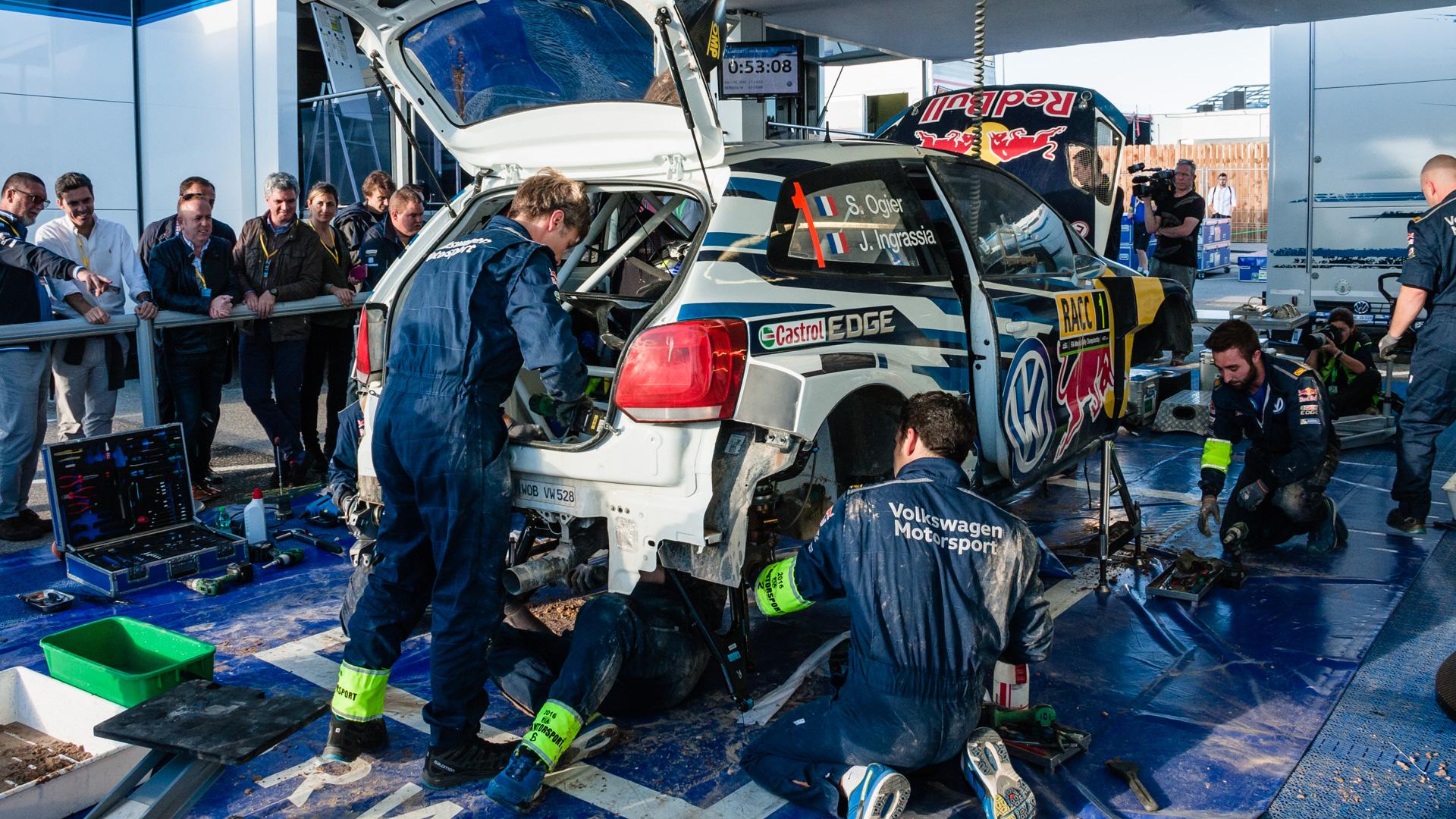 Как механики WRC собирают изодной раллийной машины другую за75 минут. Фото 8