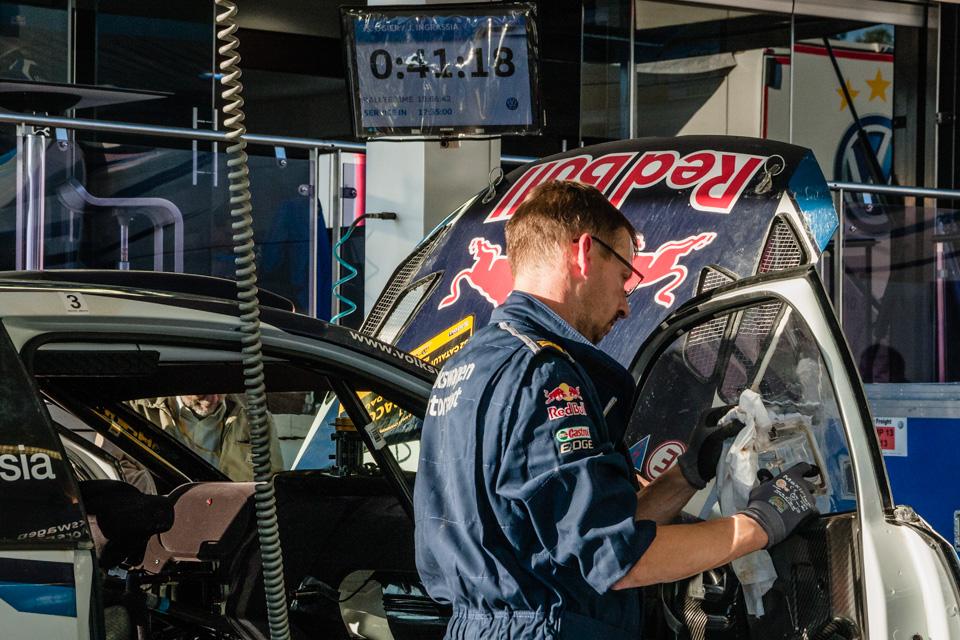 Как механики WRC собирают изодной раллийной машины другую за75 минут. Фото 12