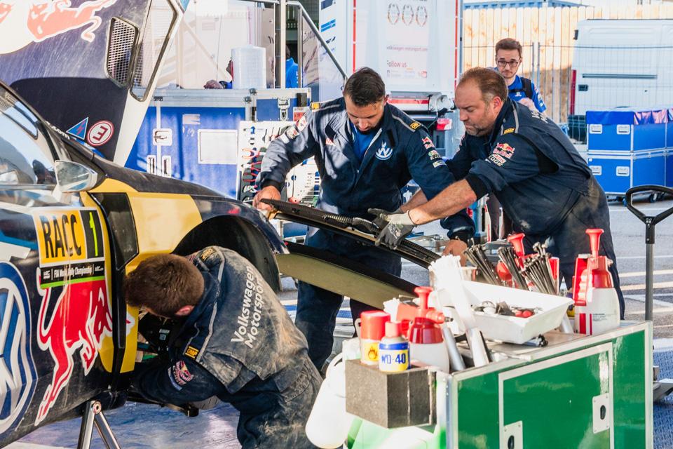 Как механики WRC собирают изодной раллийной машины другую за75 минут. Фото 15