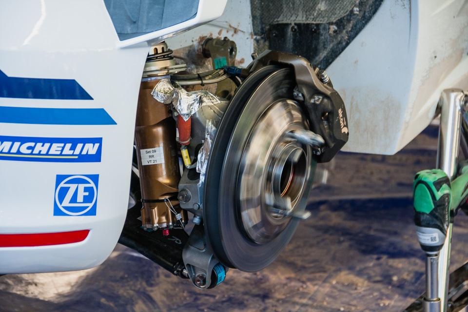 Как механики WRC собирают изодной раллийной машины другую за75 минут. Фото 16