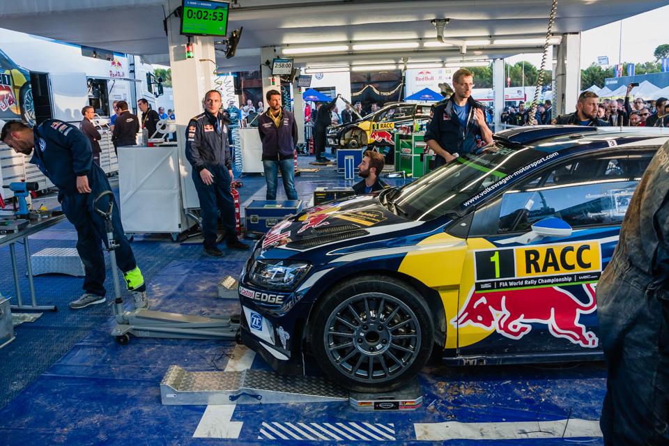 Как механики WRC собирают изодной раллийной машины другую за75 минут. Фото 17