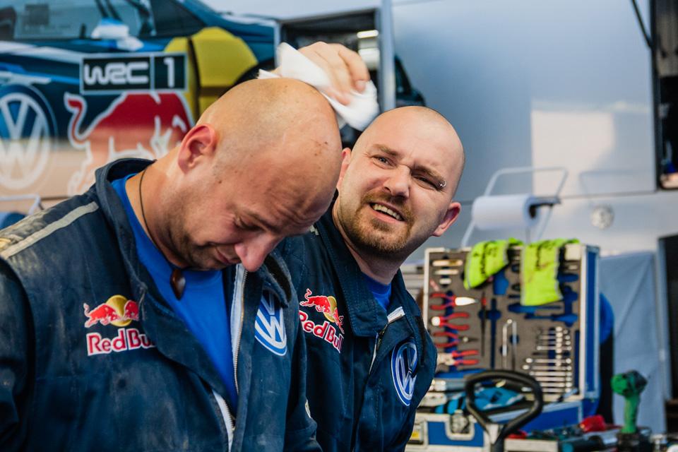 Как механики WRC собирают изодной раллийной машины другую за75 минут. Фото 19
