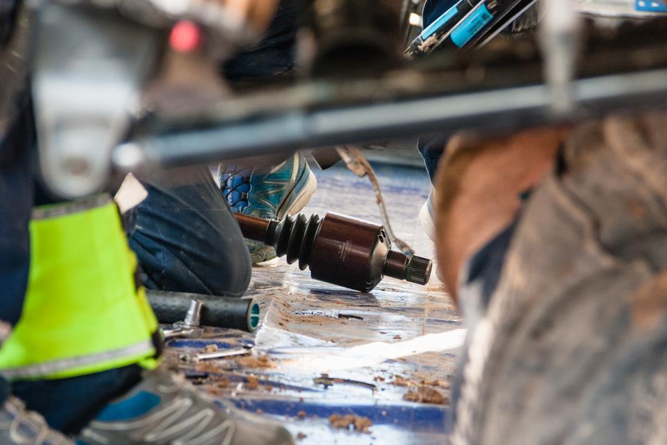 Как механики WRC собирают изодной раллийной машины другую за75 минут. Фото 13