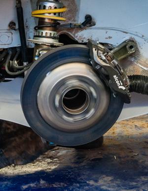 Как механики WRC собирают изодной раллийной машины другую за75 минут. Фото 11