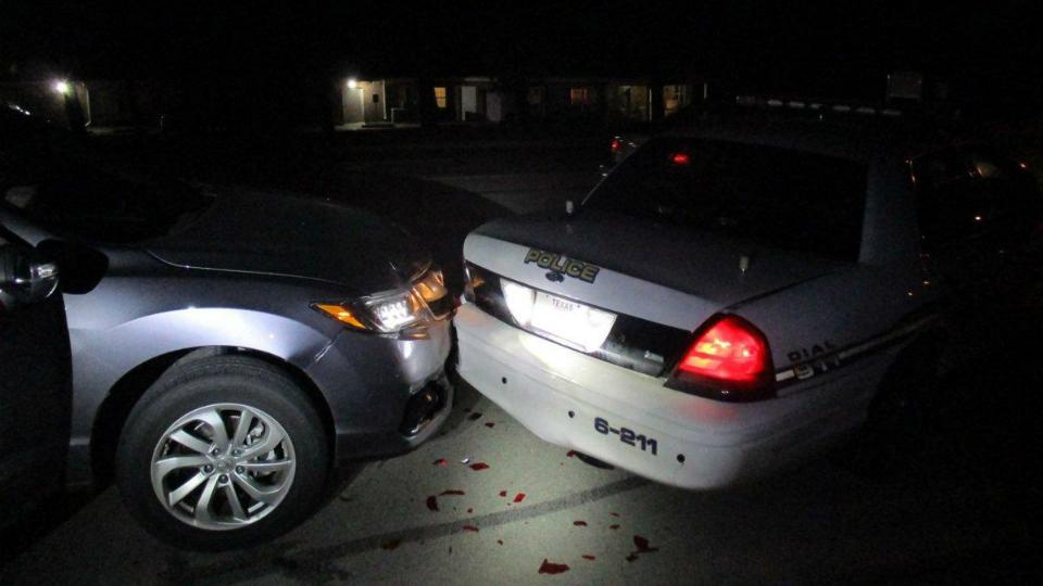 ВСША полуобнаженная студентка врезалась вполицейский автомобиль, пытаясь сделать селфи