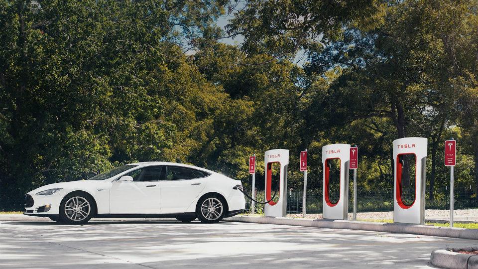 Станции зарядки Tesla Supercharger станут платными с2017 года