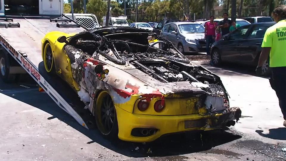Двойная неудача: парня ограбили, пока он тушил свой горящий Ferrari