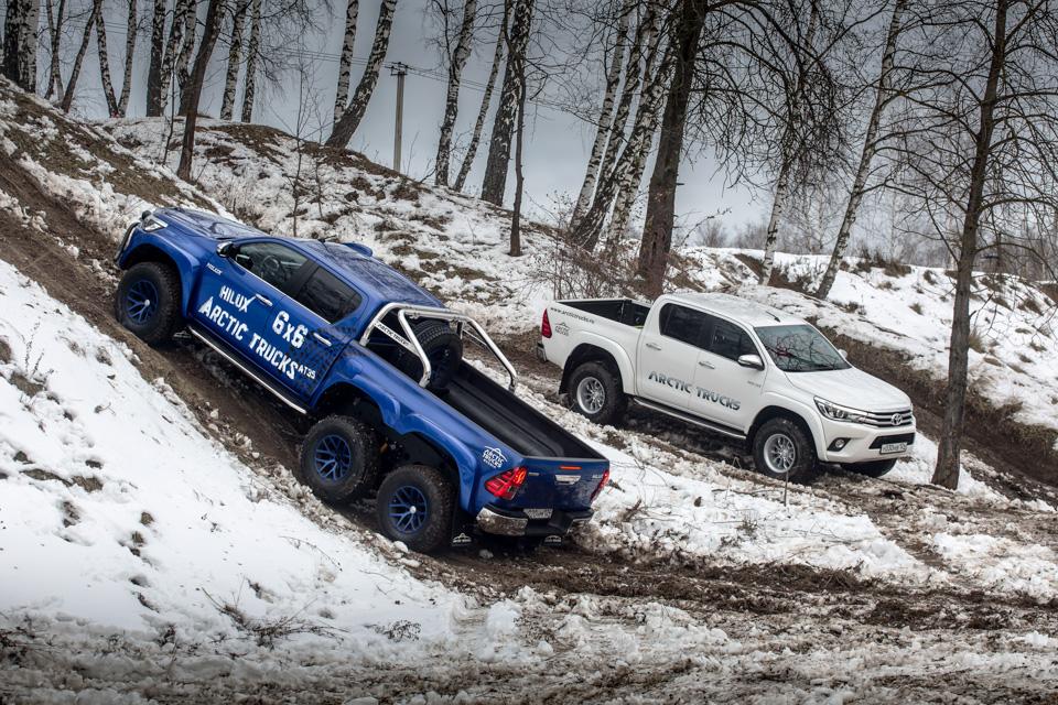Испытываем «арктические» пикапы Toyota Hilux, укоторых 10 колес надвоих. Фото 1