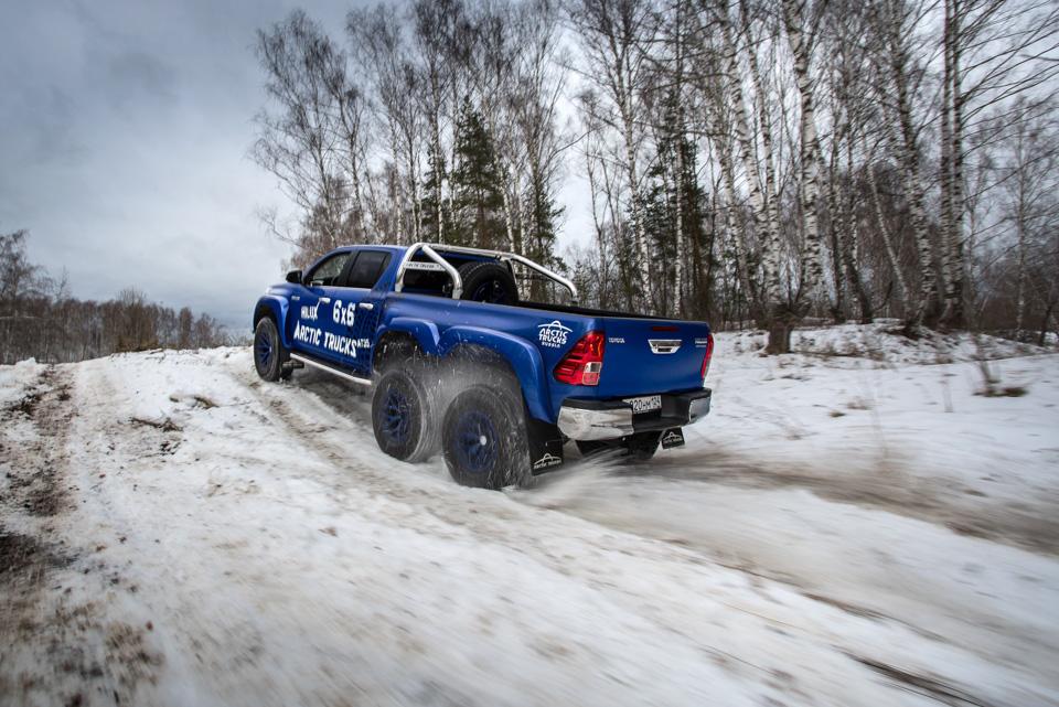 Испытываем «арктические» пикапы Toyota Hilux, укоторых 10 колес надвоих. Фото 4