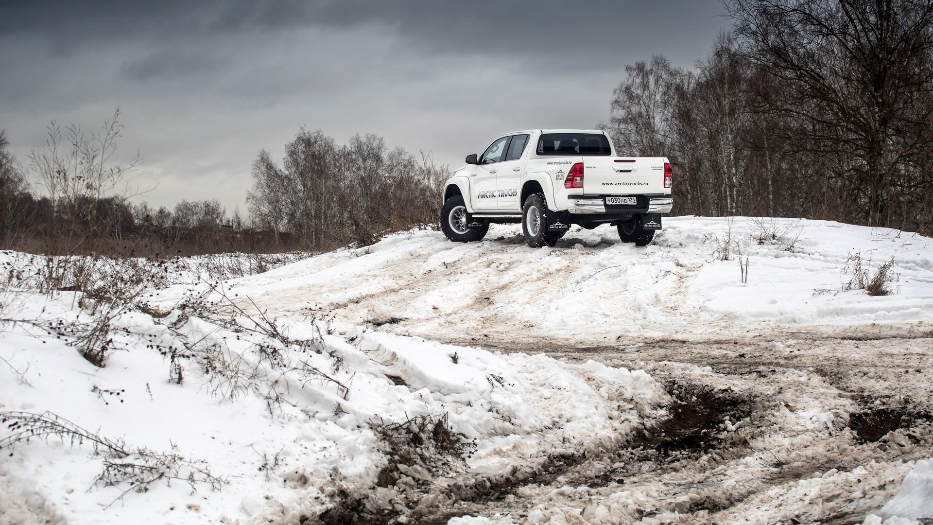 Испытываем «арктические» пикапы Toyota Hilux, укоторых 10 колес надвоих. Фото 2