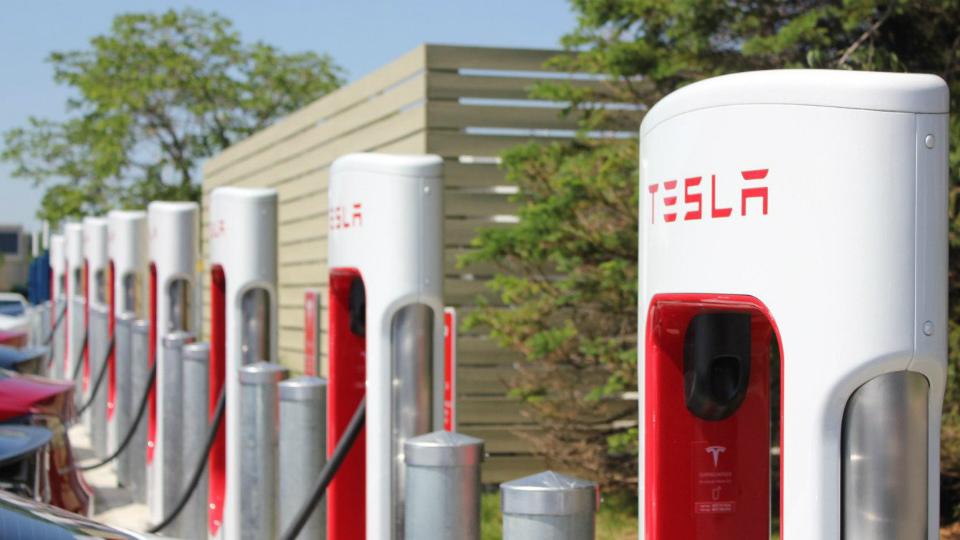 «Тесла» оштрафует клиентов запростаивание на«электрозаправках»