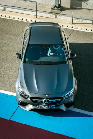 Тест-драйв сверхбыстрого Mercedes-AMG E63 S, который может переключаться сполного привода назадний иобратно