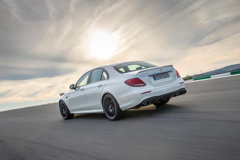 Тест-драйв сверхбыстрого Mercedes-AMG E63 S, который может переключаться сполного привода назадний иобратно. Фото 4