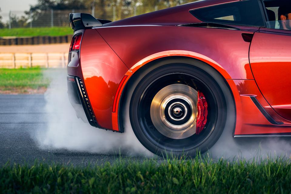 Битва года: Jaguar F-Type SVR vsChevrolet Corvette Z06. Фото 3