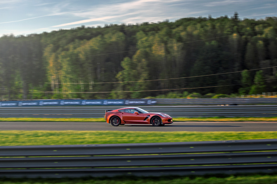 Битва года: Jaguar F-Type SVR vs Chevrolet Corvette Z06. Фото 1