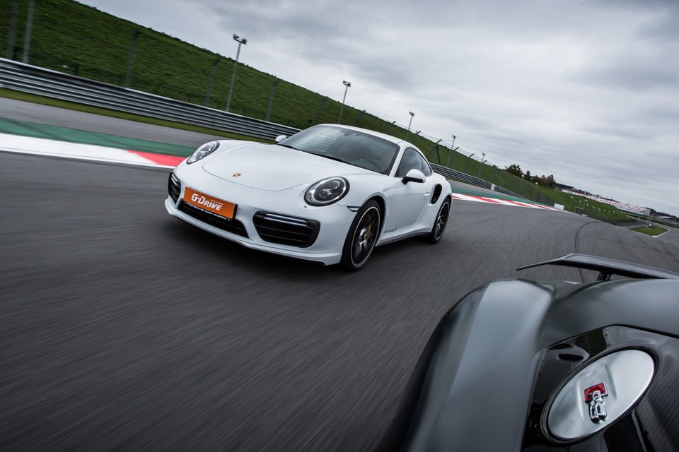 Битва года: Porsche 911 Turbo S vs Audi R8 V10 plus. Фото 7