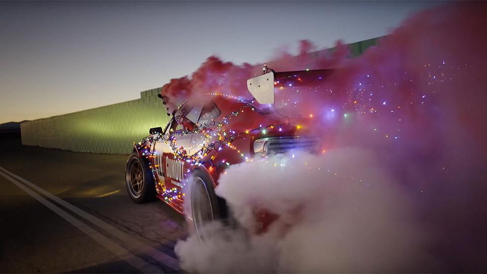 Видео: «Тойоту» смотором Ferrari превратили всани Санта-Клауса