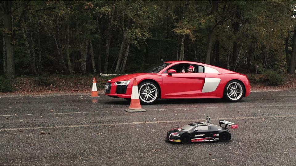 Audi R8 сравнили вдрэге сигрушечным суперкаром