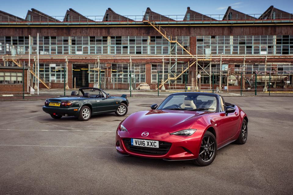Две Mazda MX-5 исамая опасная икрасивая дорога наземле— трасса Isle ofMan TT. Фото 1