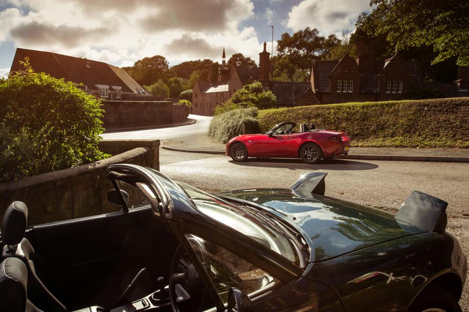 Две Mazda MX-5 исамая опасная икрасивая дорога наземле— трасса Isle ofMan TT. Фото 5