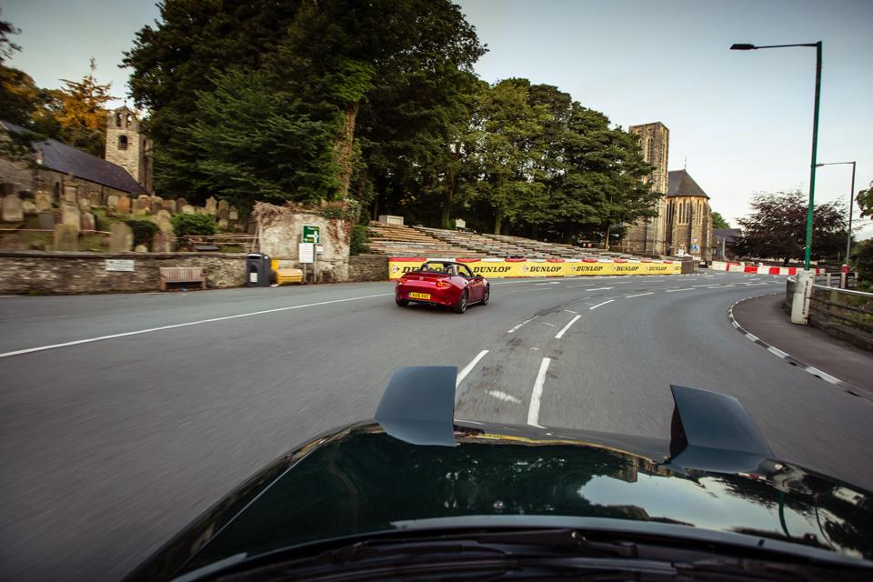 Две Mazda MX-5 исамая опасная икрасивая дорога наземле— трасса Isle ofMan TT. Фото 19