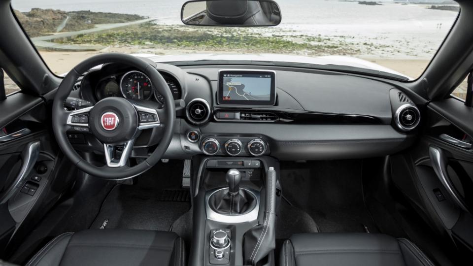 Победителем ежегодного конкурса European Gay Car назвали Fiat 124 Spider. Фото 1