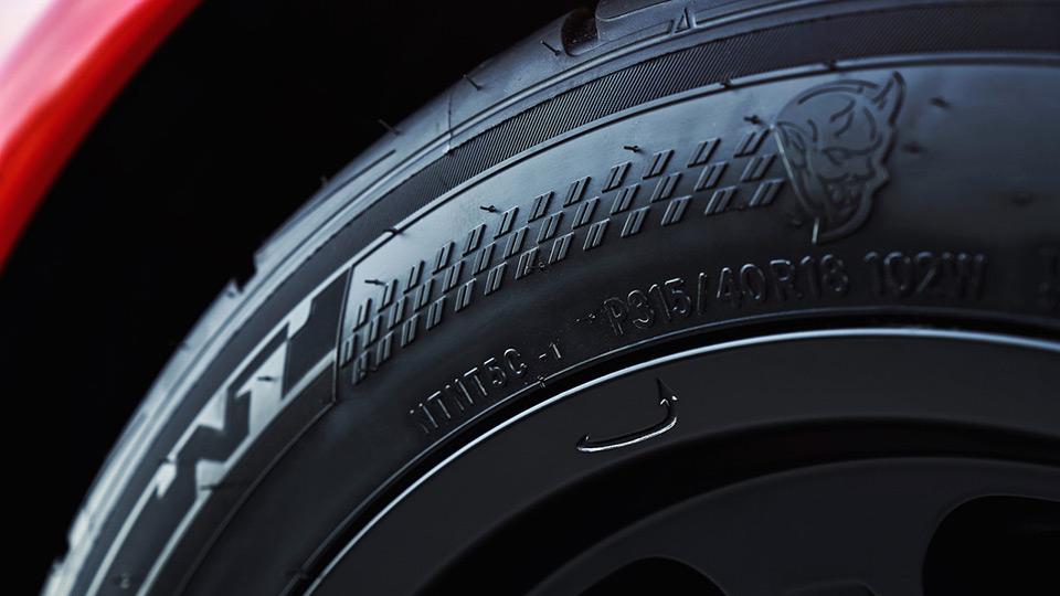 Dodge стал первым в мире автомобилем с серийными шинами для дрэга