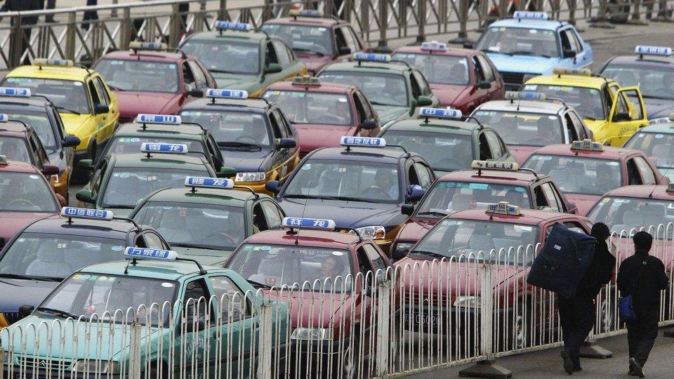 Пекин планирует заменить все такси на«чистые» автомобили