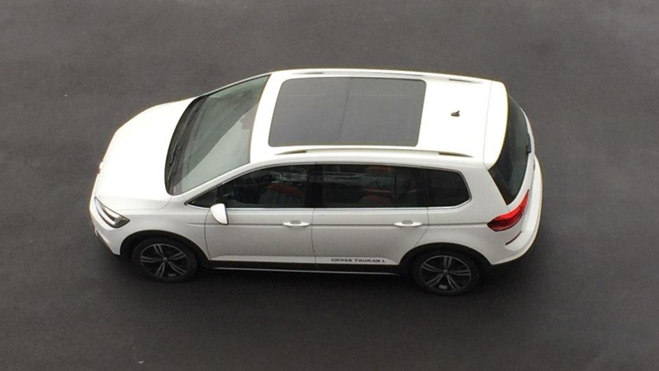 Минивэн VW Touran получил новейшую кросс-версию