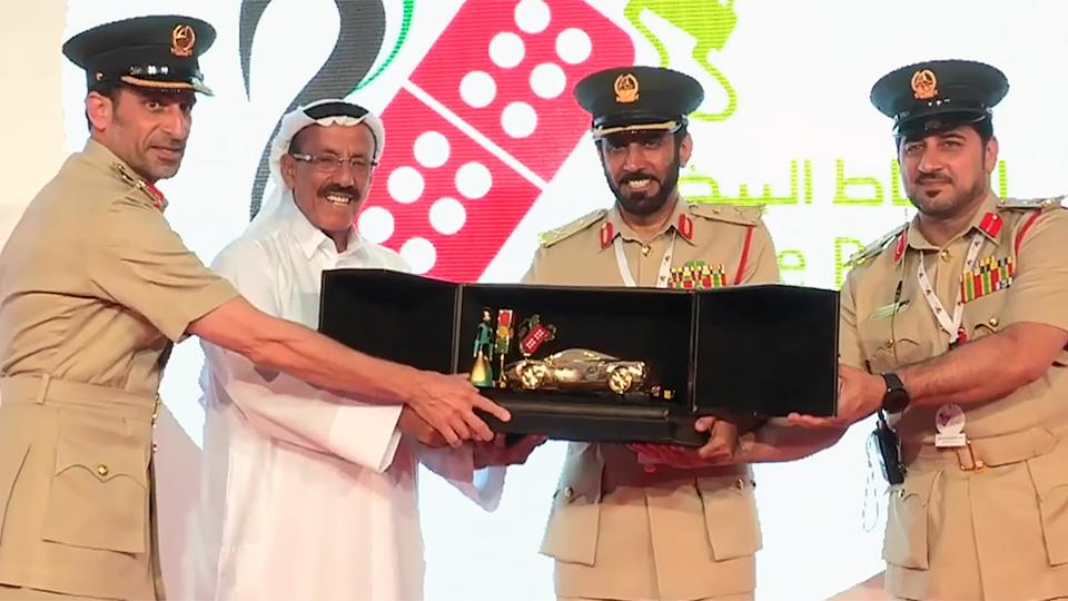 Полиция Дубая наградила аккуратных водителей золотыми машинками