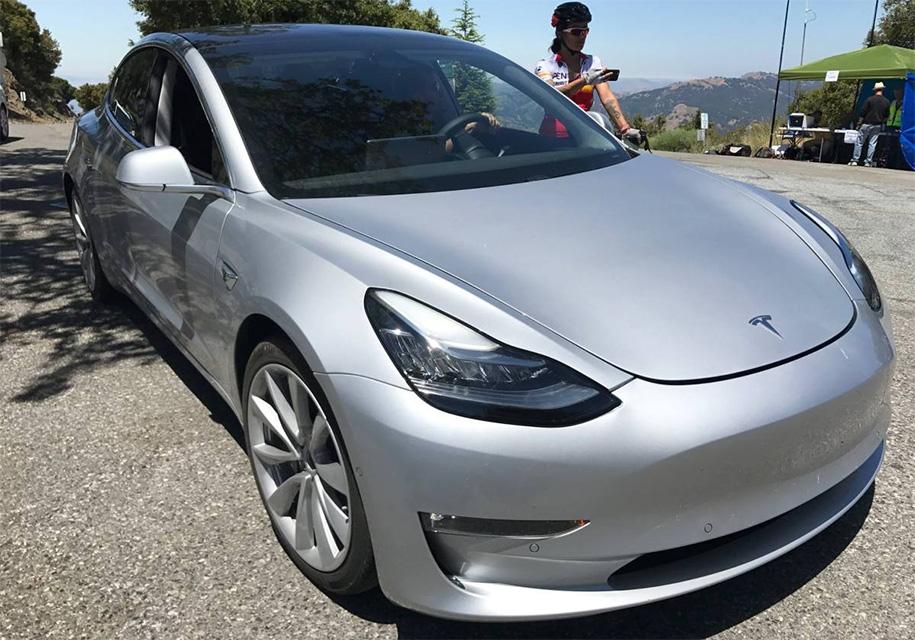 Илон Маск сдержал слово. В Tesla Model 3 нет традиционных приборов