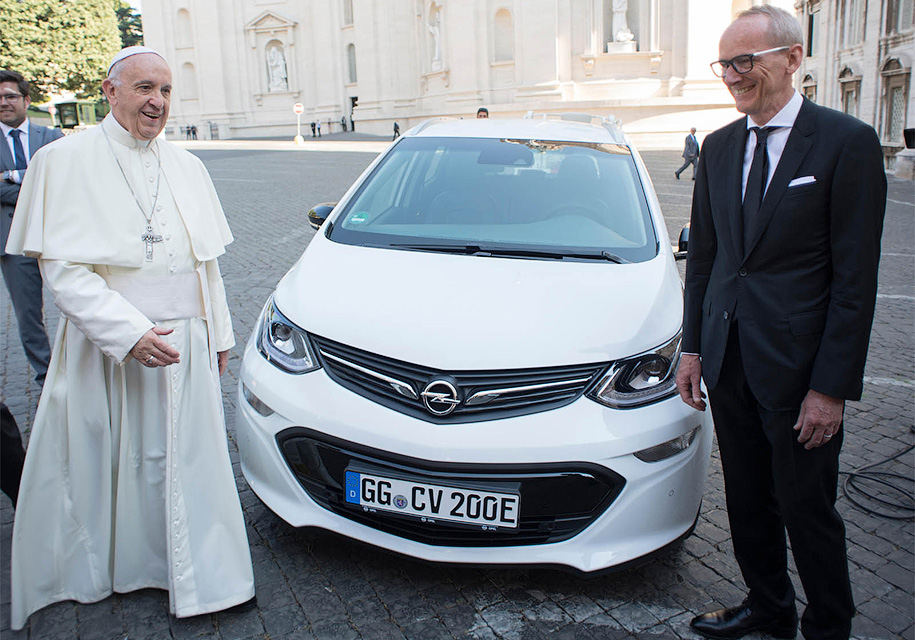 Папа Римский получил новый электрокар Опель Ampera-e
