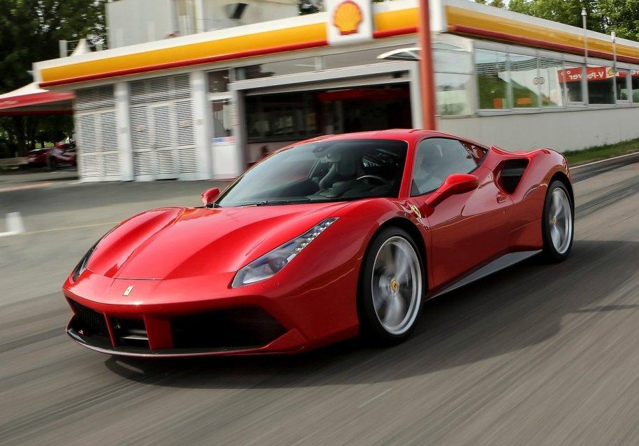 Угонщик Ferrari спалился, когда начал просить на бензин