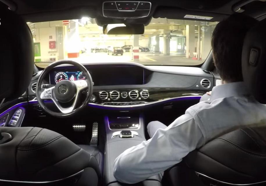 Обновленный Mercedes-benz S-Class самостоятельно выезжает с завода. Видео