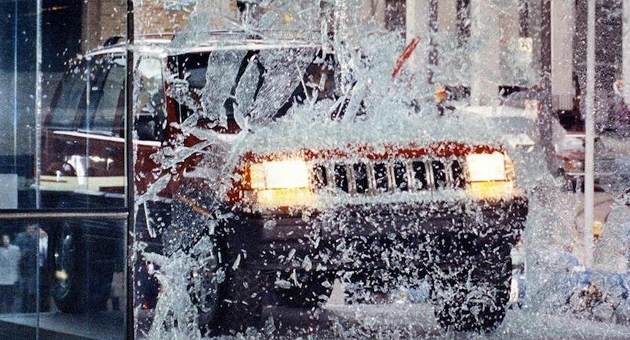Одна из самых эффектных премьер девяностых: новейший Jeep Grand Cherokee въезжает в витрину Кобо-центра в Детройте. Америку тогда захлестнул настоящий бум автомобилей класса SUV.