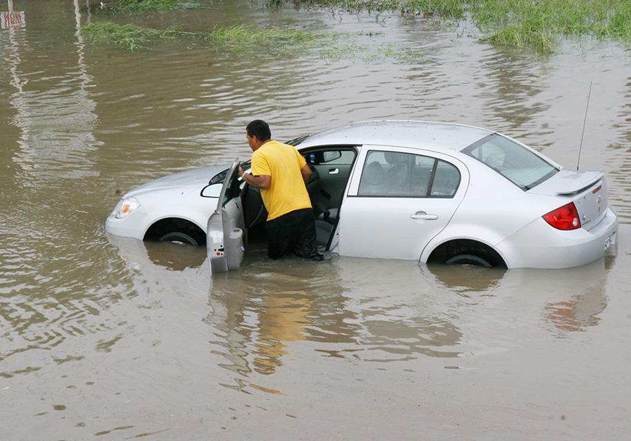 "В США из-за урагана ""Харви"" уничтожено 500000 автомобилей - склад"
