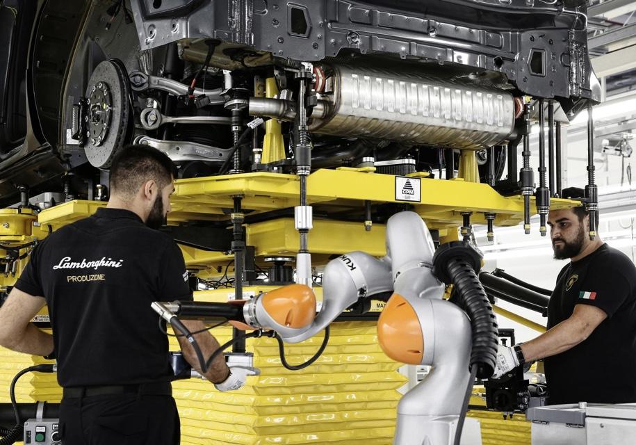 Lamborghini обнародовала фото кроссовера Lamborghini Urus насборочной линии