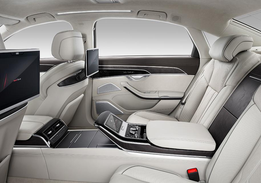 На этой картинке – топовый вариант салона удлиненной версии Audi A8. Узнать его можно по высокому центральному тоннелю и вздернутому трамплину–подставке под планшет на центральном подлокотнике.
