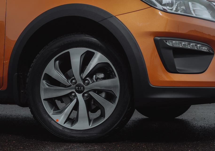 Одним из основных недостатков седанов Kia Rio и Hyundai Solaris последних поколений является назойливый гул от колес в салоне. К X-Line, несмотря на то, что на тестовых машинах стояли зимние шины Nokian Hakkapeliitta R2, претензий к шумоизоляции колесных арок почти нет.