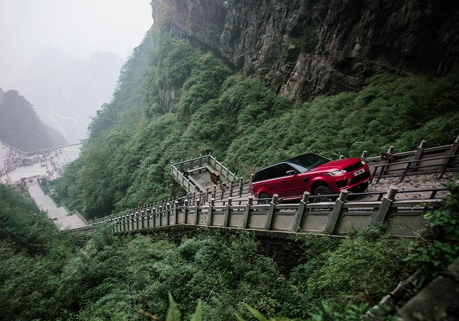 Range Rover взобрался по999 ступеням— Лестница внебо