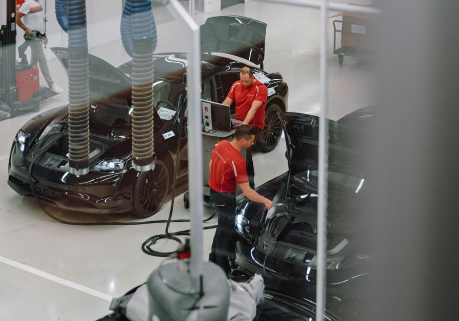 В Порше показали сборку электромобиля Порш Mission E