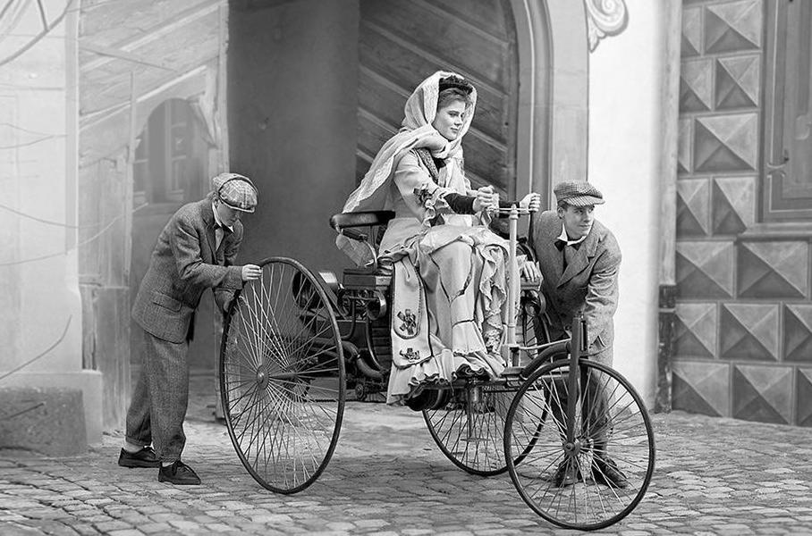 «Мерседес» выпустил короткометражку про путешествие Берты Бенц в 1888 году. И это очаровательно